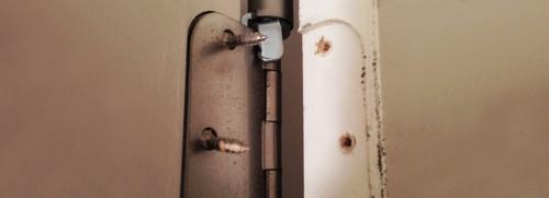 Установка, замена и ремонт петель деревянных дверей