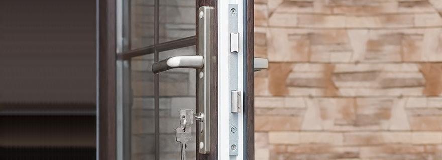Установка замка на балконную дверь