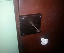 Установка накладного замка Цербер на металлическую дверь