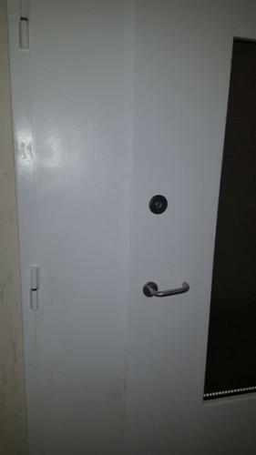 Установка замка Барьер 4 в металлическую дверь коридора - вид снаружи