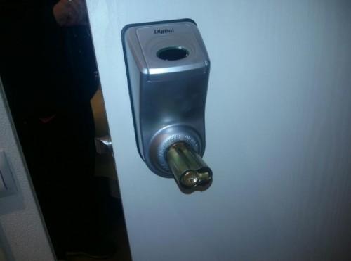 Вскрытие электромеханического замка деревянной двери - 3