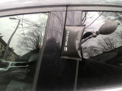 Вскрытие двери автомобиля подушкой