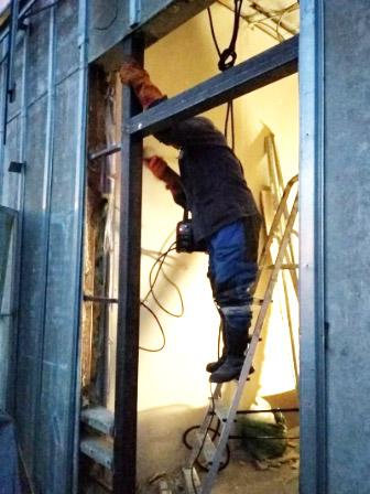 Установка металлического проема двери со сваркой