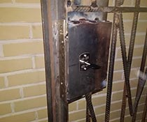 Установка врезного замка на тамбурную дверь с металлической решеткой