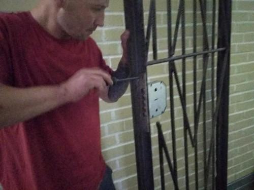 Установка дверного замка на решетку