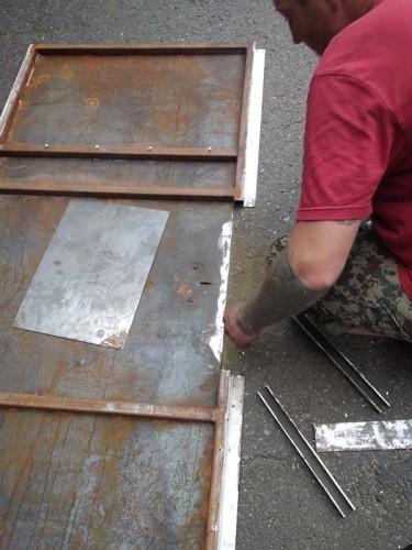 Подготовка полотна двери к восстановлению фрагмента сваркой