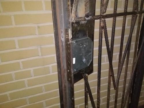 Установка замка в коробе на металлическую решетку