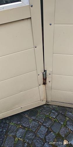 Сломанная нижняя петля на металлической двери проходной
