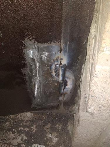 Новая петля на металлической двери стоматологии после ремонта