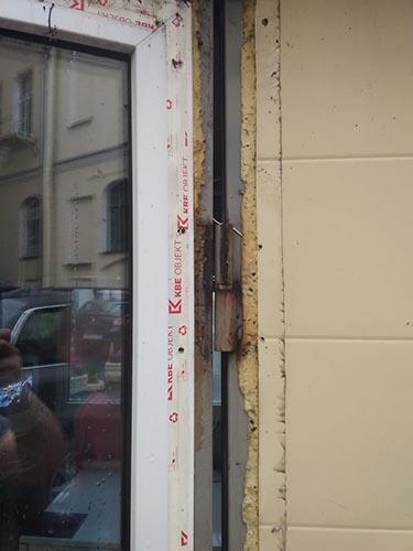Верхняя петля на двери проходной после ремонта