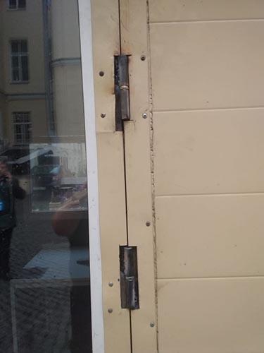 Петли на металлической двери проходной после ремонта